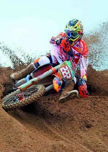news_tony_cairoli_moto_action_09_2012_04-323x450